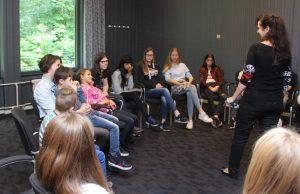 Kringgesprek met de jeugdige bezoekers over 'vitiligo op school'.